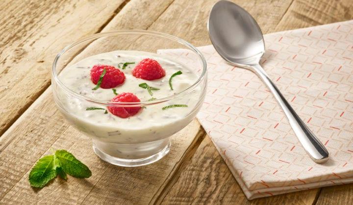 Stracciatella-yoghurt met mint en blauwe bes