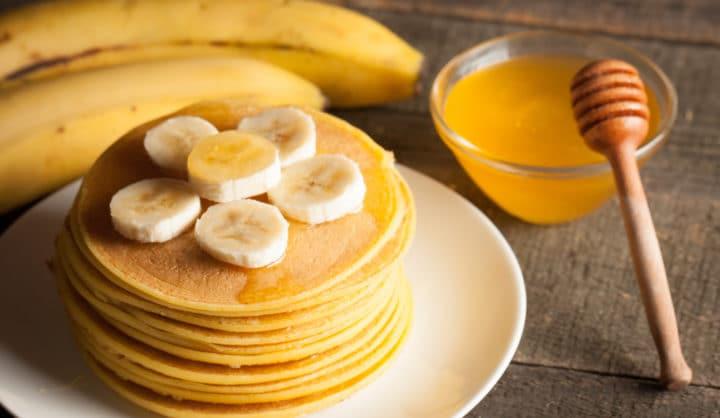 Havermoutpannenkoekjes met banaan en honing