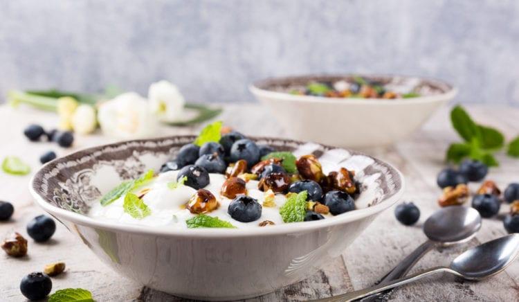 Kwark met blauwe bessen, noten en munt