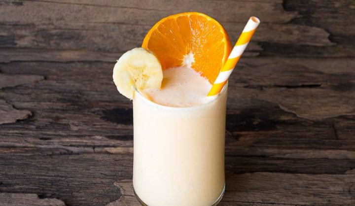 Zuivelontbijtdrink met sinaasappel en banaan